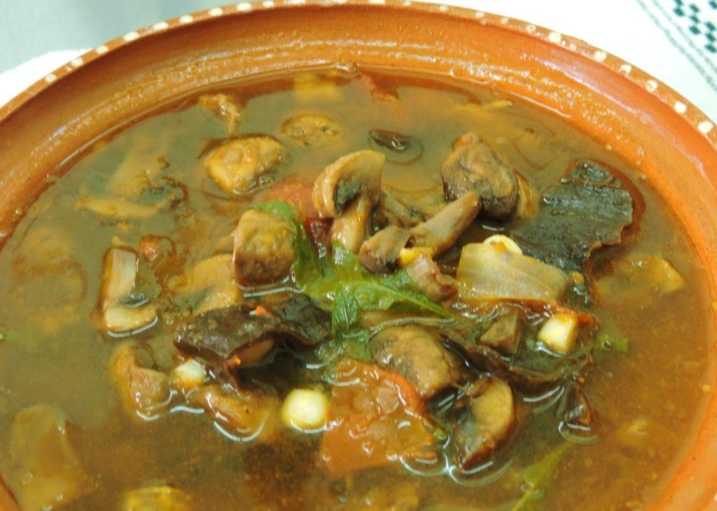 caldo de hongos y chile morita